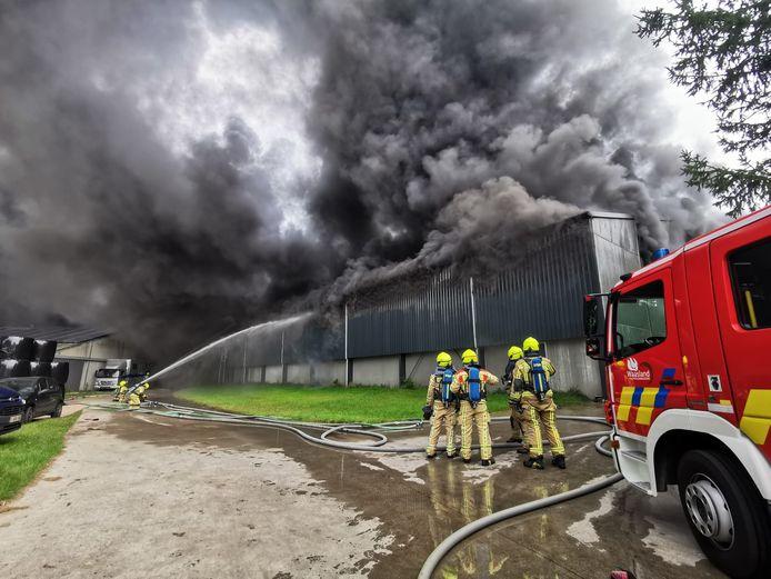 De brandweer stond voor een onmogelijke taak en kon enkel voorkomen dat het vuur zou overslaan naar de paardenmanege.