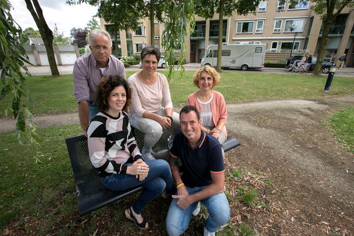 De drie vrouwelijke buurtadviseurs (vlnr): Reny Nijssen, Lianda de Vos en Nadina Hamzic. Op de voorgrond: wijkbeheerder Carli van Heeswijk en achter: Henk de Laat.