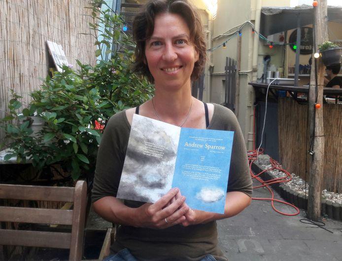 Vanessa Sparrow met de bijzondere rouwkaart voor haar man Andrew, die ze zelf naar het crematorium reed.