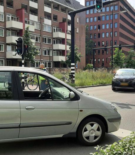 Woeste automobilist rijdt in op vrouw en kind in Tilburg, omstanders stoppen auto
