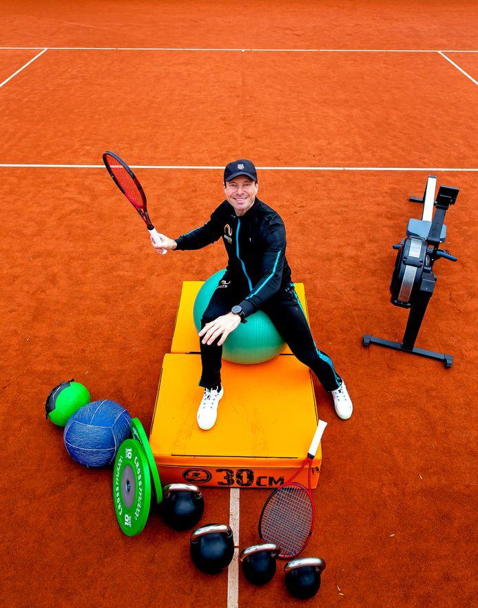 Miguel Janssen, Bondsconditietrainer bij de KNLTB met sportschoolattributen op de tennisbaan van NTC de Kegel.