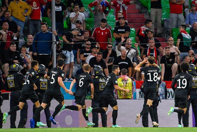 Leon Goretzka (nummer 18) juicht na zijn doelpunt tegen Hongarije.