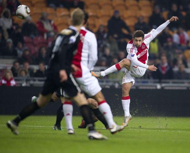 Miralem Sulejami  (R) van Ajax schiet op doel. Beeld