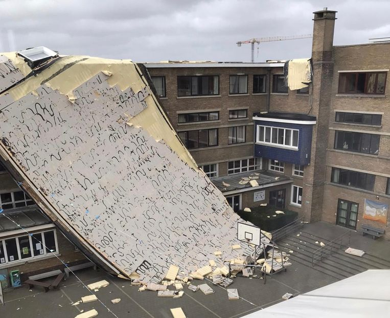 In Roeselare ging een groot deel van het dak van de Barnumschool waaien. Beeld RV