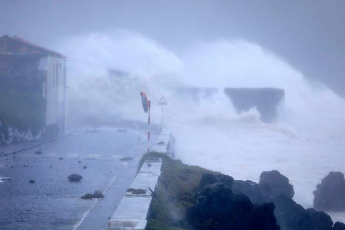 Metershoge golven op de Portugese eilandengroep Azoren in de Atlantische Oceaan.