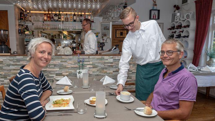 Nynke en Dick Kooy uit het Friese Surhuisterveen houden vakantie in de regio. Daar hoort een etentje bij.