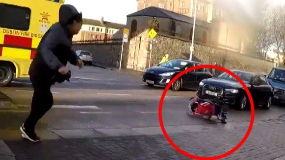 Een auto kan maar net op tijd stoppen voor de kinderwagen.
