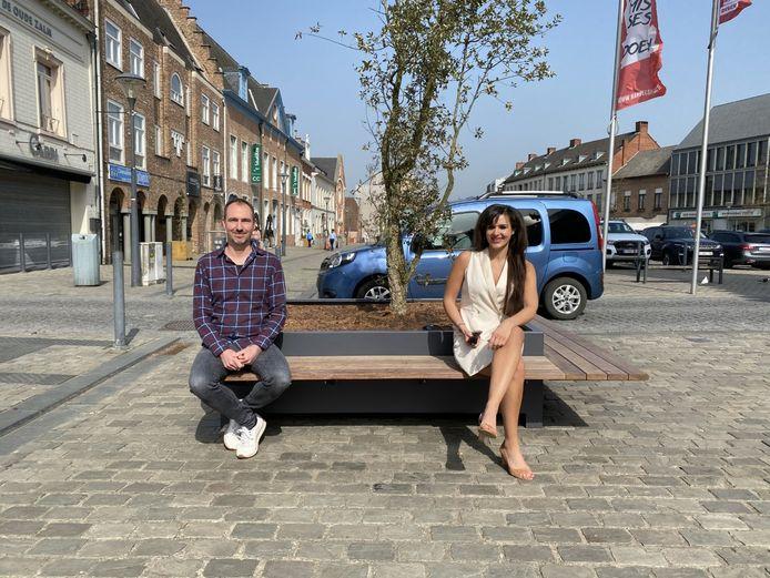 Schepen Yoleen Van Camp en voorzitter Hécafé Neal Leysen op een bankje in het Herentalse stadscentrum
