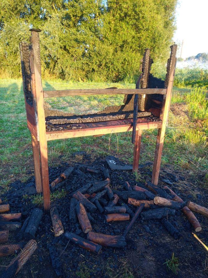 Na de tweede brandstichting is er weinig meer over van het insectenhotel.