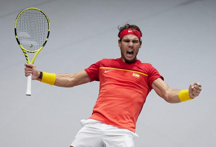 Rafael Nadal viert het winnende punt in het dubbelspel tegen Argentinië.