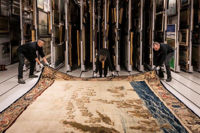 Het kleinere doek wordt in het Scheepvaartmuseum getoond. Het laat de aanval op het Engelse vlaggenschip Royal James zien. Beeld Hollandse Hoogte / Dingena Mol