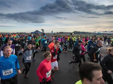 Hardlopen op verlichte startbaan Lelystad Airport, derde Runway Run is de allerlaatste