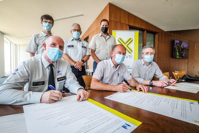 Onder andere korpschef Kris Depovere en burgemeester Daniël Vanhessche zetten hun handtekening onder het SAVE-charter.