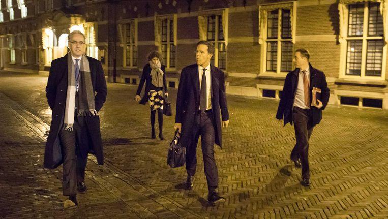 Premier Mark Rutte loopt met mijn team richting de Tweede Kamer voor het Tweede Kamerdebat over de uitslag van het Oekraïne-referendum. Beeld ANP