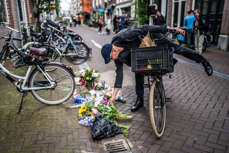 Bloemen op de plek waar Peter R. de Vries is neergeschoten. Beeld Joris van Gennip