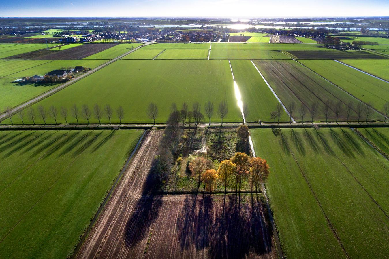 Een luchtfoto van Herwijnen, met op de voorgrond de locatie aan de Broekgraaf waar de radar moet komen.