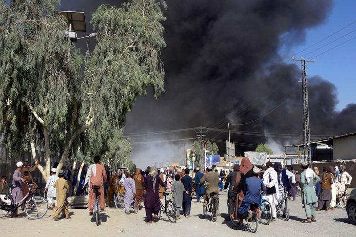 Il fumo si alza durante gli scontri tra forze governative e combattenti talebani a Kandahar, nel sud-est del Paese.