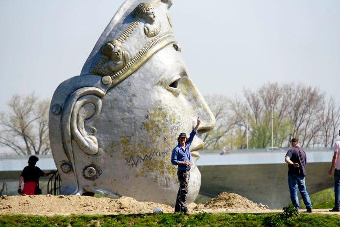 Kunstenaar Andreas Hetfeld bij het inmiddels geplaatste masker.