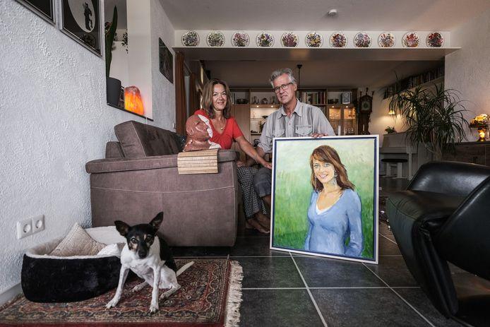 Wanda en Jacques Beemsterboer met beeld en schilderij van vermoorde dochter Nadine.