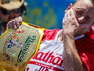 Op tien minuten 71 hotdogs vreten: Joey wint voor de twaalfde maal het officieuze wk worsten schransen