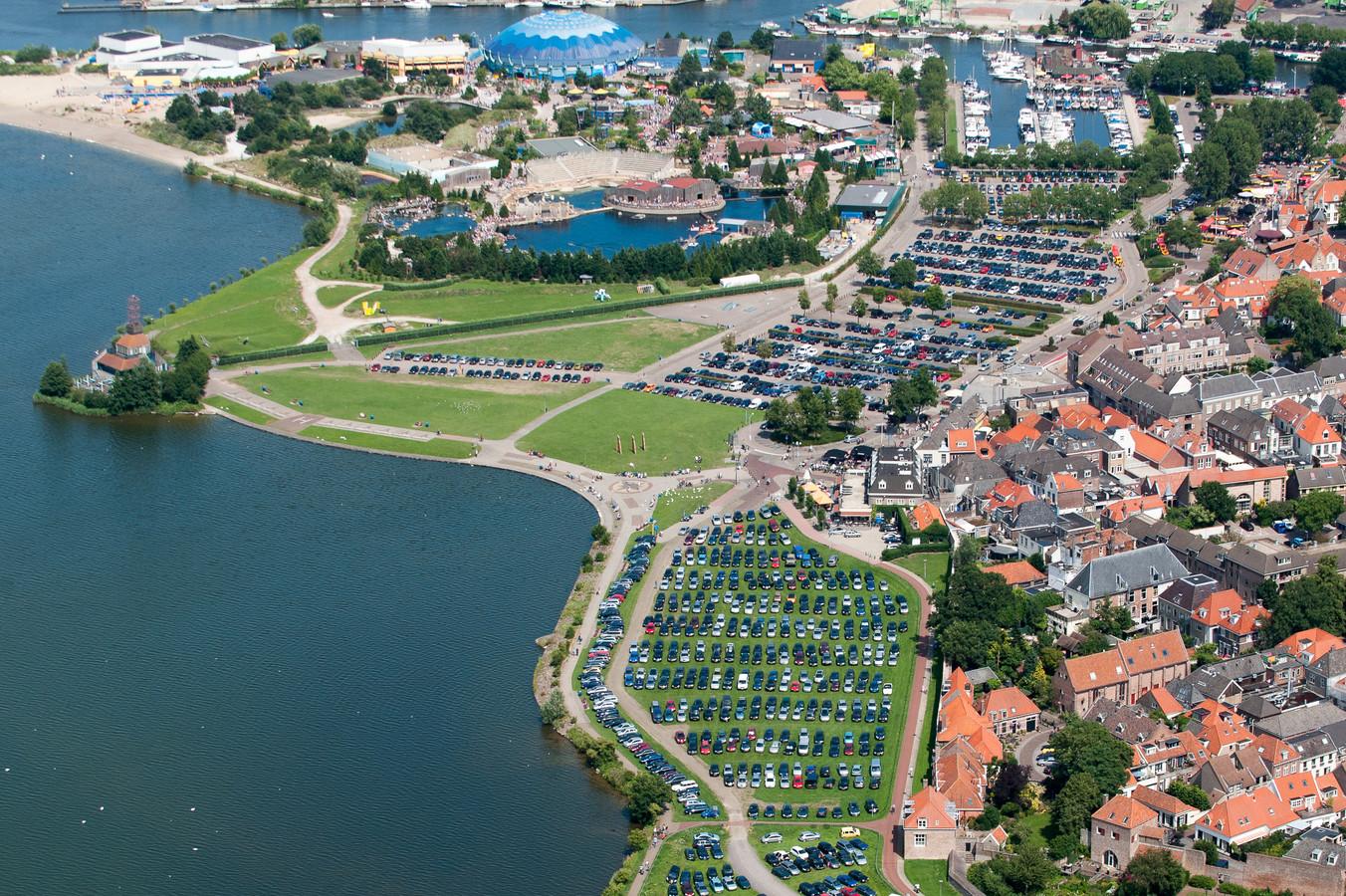 2010: De boulevard van Harderwijk is volledig op de schop gegaan. Zie de verschillen. Boven: de situatie in 2010. Onder: de huidige situatie. Morgen wordt de vernieuwde boulevard officieel geopend.