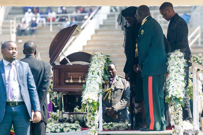 Grace Mugabe, vergezeld door Robert Mugabe Junior, neemt afscheid van haar man Robert Mugabe in het stadion van Harare. Foto Jekesai Njikizana/ AFP)