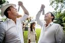 Het haringhapseizoen gaat weer beginnen. Gerwin Vink en Michiel Brouwers hapten vorig jaar tijdens een haringparty in een romige Hollandse Nieuwe.