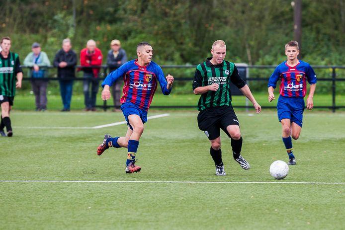 WVV'67-speler Robin Schipperijn (groen-zwart shirt), hier op archiefbeeld, scoorde viermaal tegen Breskens. (archieffoto)