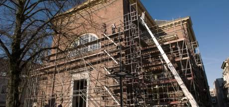 Een likje verf hier, een nieuwe dakgoot daar: Grote Kerk in Den Bosch voor weken in de steigers