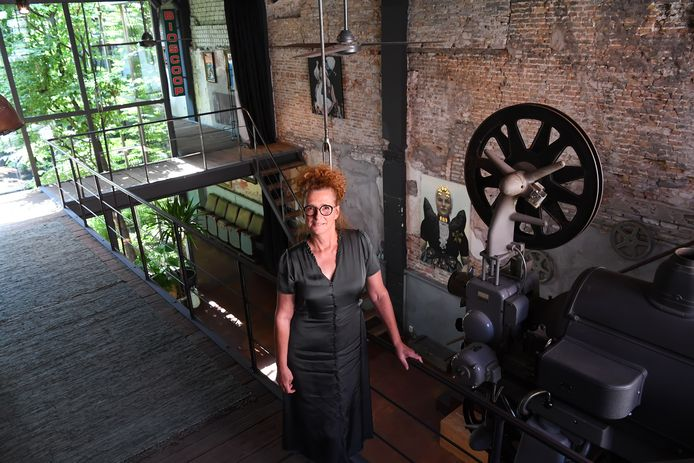 Bianca Gijsman en haar man zijn eigenaar van de voormalige bioscoop in Geertruidenberg. Ze stellen vanaf nu hun huis open als trouwlocatie.