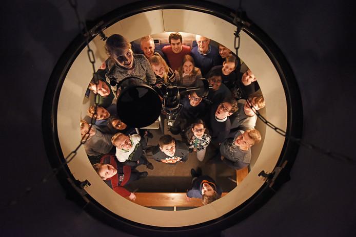Foto Pix4Profs/Casper van Aggelen - Leden van de sterrenkundeclub maken geregeld gebruiken van de sterrenwacht op het dak van het Norbertuscollege.