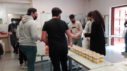 Jongeren 1001 Schakels helpen mee met take-away iftar-maaltijden