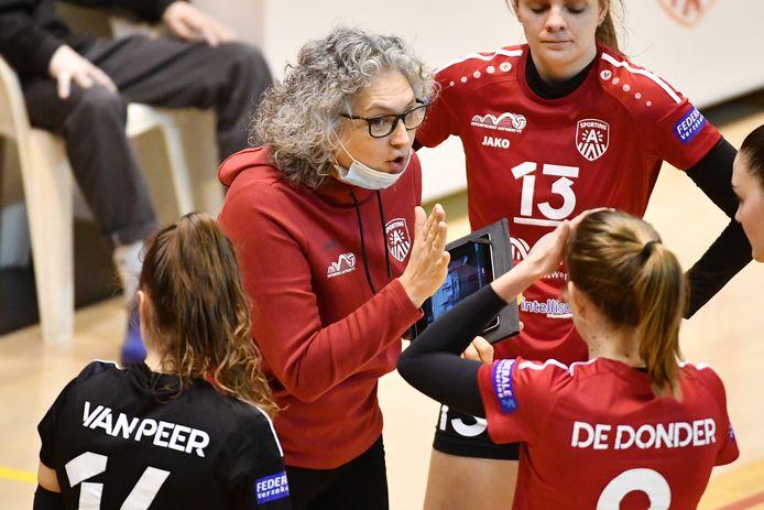 """Antwerp-coach Cristina Moga: """"Durven beredeneerde risico's nemen, dat heeft niets met jong of oud te maken."""""""