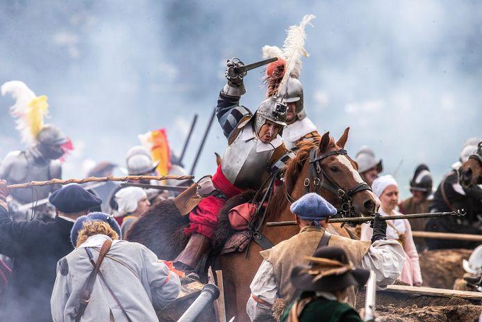 Archieffoto van het naspelen van de Slag om Grolle.