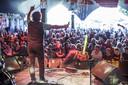 Reurpop 2019: zanger Dennie Christian bespeelt een volle tent. Organisator Luuk Rouwhorst: ,,Het wordt dit jaar een race tegen de klok.''