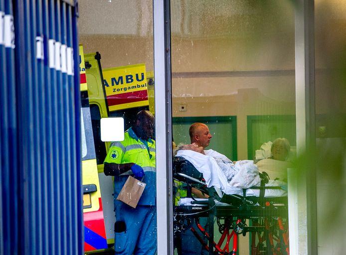Met ambulances worden patiënten van het failliet verklaarde MC Slotervaart vrijdag overgebracht naar andere ziekenhuizen in de Amsterdamse regio.