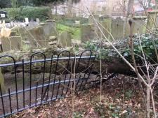 Komen en gaan van nabestaanden op beschadigde begraafplaats Zaltbommel: 'even kijken of opa en oma er nog goed bij liggen'