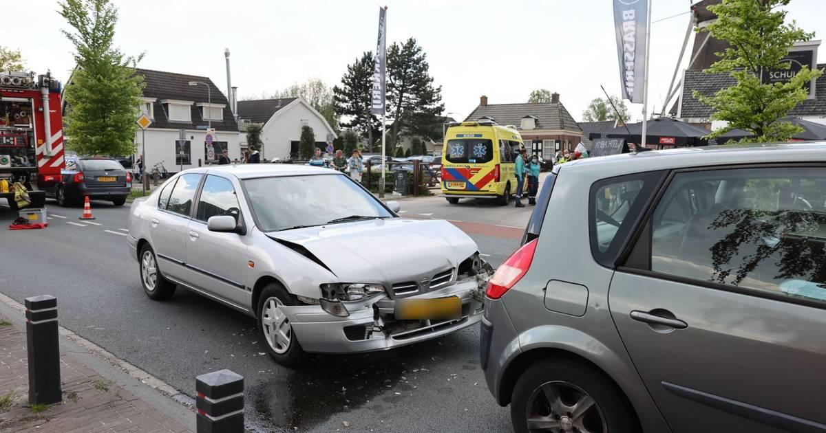 Kop-staartbotsing met drie voertuigen in Elburg: twee gewonden naar het ziekenhuis.