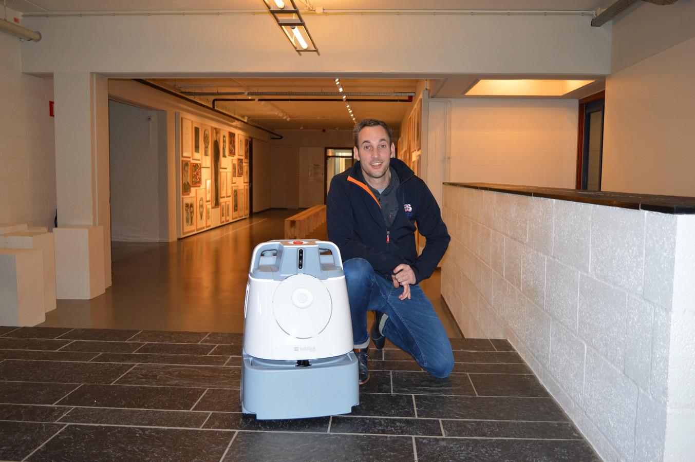 Bram Mensink van Asito met de nieuwste 'arbeidskracht': schoonmaakrobot Whiz.