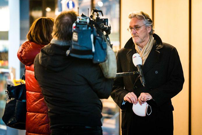 Burgemeester van Eindhoven John Jorritsma zondagavond na de rellen rondom het station in Eindhoven