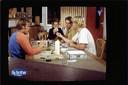 Karin is met Bart, de achter hem verscholen Willem, Maurice en Ruud (vlnr) aan het trivianten.
