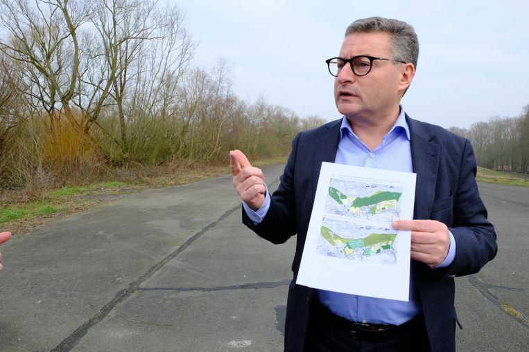 Vlaams minister van Omgeving, Natuur en Landbouw Koen Van den Heuvel (CD&V)  op de Scheldedijk in Hingene (Bornem)