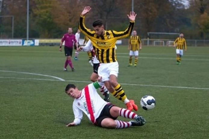 De spelersgroep van Sallandia (geelzwart) wordt ook volgend seizoen getraind door Jan Ligtenberg.
