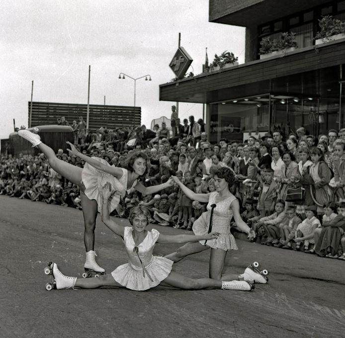 Rolschaatsshow in de Hermanus Boexstraat in Eindhoven georganiseerd door het Vakantiecomité in 1959