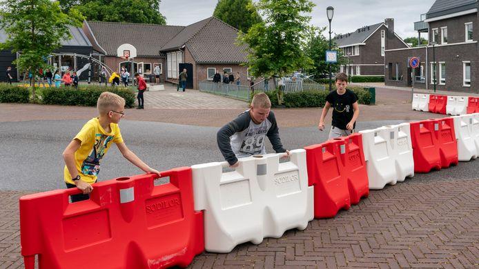 Het schoolplein van De Regenboog in Wijbosch wordt sinds mei tijdens schooltijd afgebakend door rood-witte blokken. Op deze plek komt een hek, zo is de bedoeling.