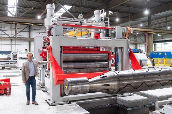 Bij Hebels Staalservice worden voorbereidingen getroffen voor de montage van een reuzeknipper. Directeur Joost Hebels staat naast het eerst geplaatste gedeelte van de gigantische machine.