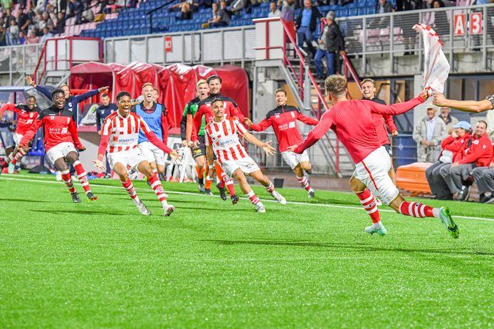 Dolle vreugde bij TOP Oss na de winnende goal in extremis.