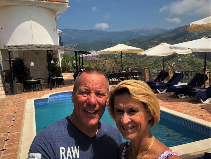 Ton en Joke van Schie bij hun villa in Spanje.
