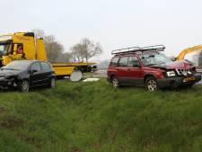 Twee auto's in puin na botsing op kruising in Raalte