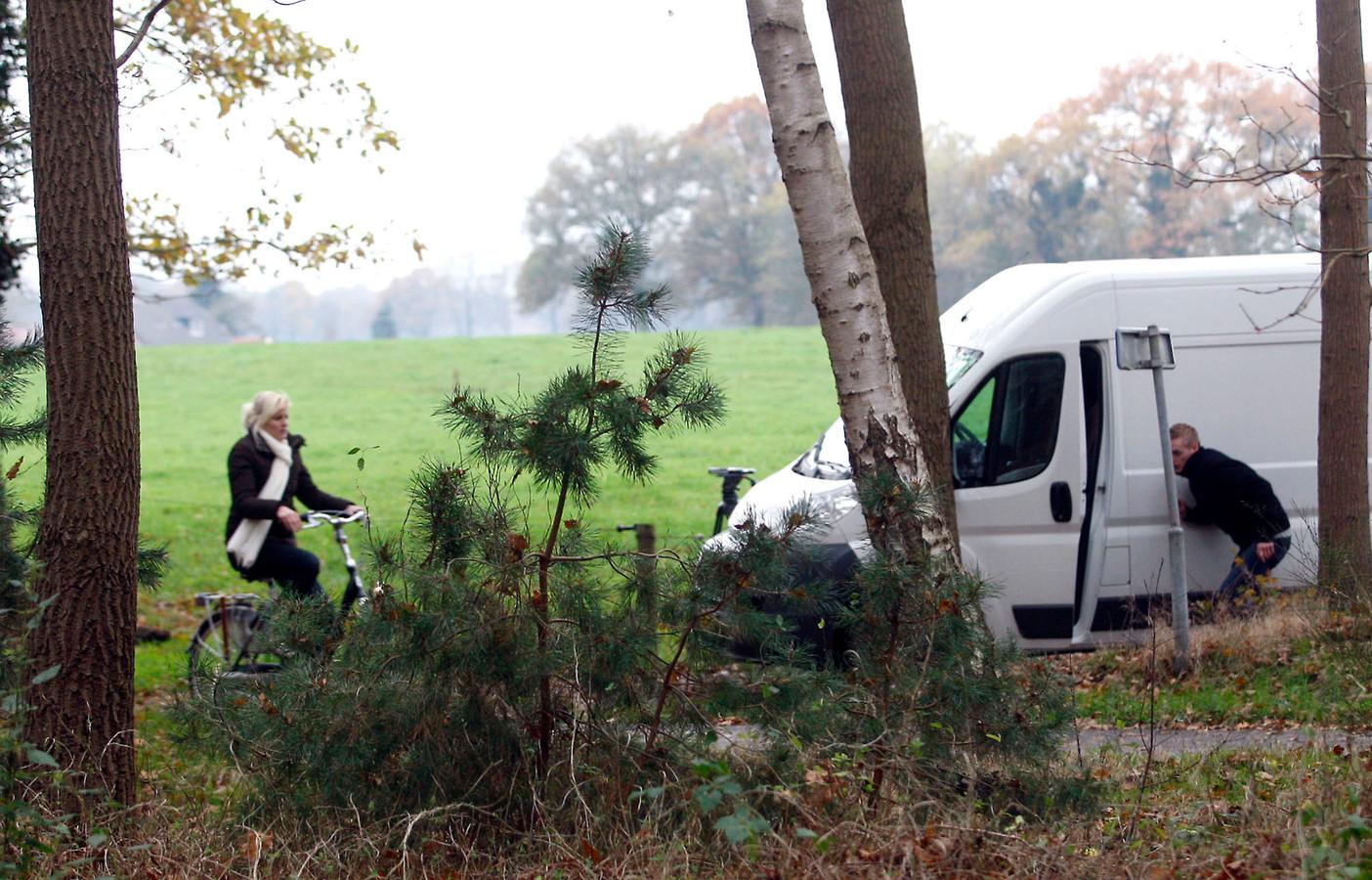 Twee 'acteurs' spelen voor het televisieprogramma Opsporing Verzocht het misdrijf in Lettele na.